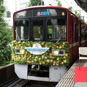 開業時を模した花電車の展示も、京急と東京都が相互直通50周年記念式典を開催
