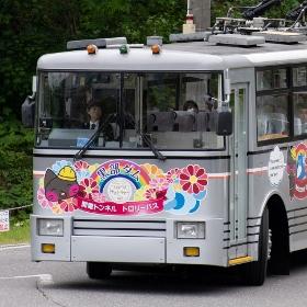 バスなのに「鉄道」 引退迫る関電トロリーバスに迫る