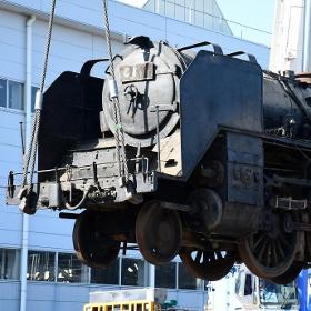 43年の眠りから覚めたSL、東武鉄道の車両基地に搬入