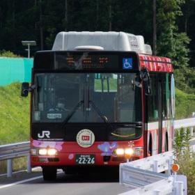 鉄路復旧の代わりとして導入、専用道を走る「BRT」