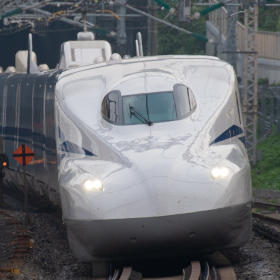 ミラーレスと一眼レフ、シャッターシステムが鉄道写真にもたらす違い