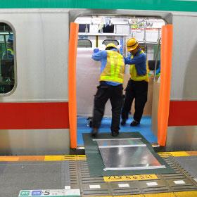 東急田園都市線ホームドアの取りつけ工事を見る