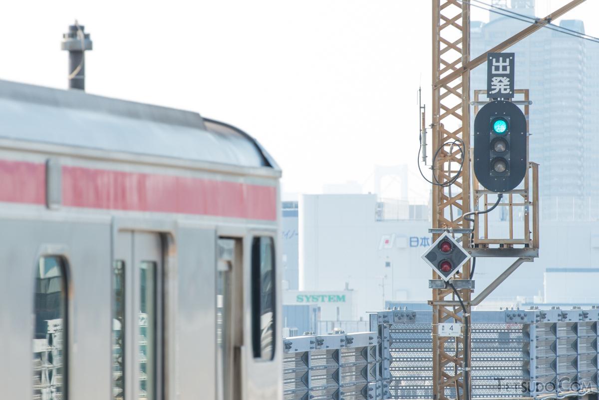 信号にもとづいて発車する列車