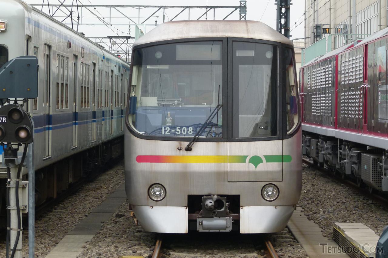 地上の車両基地へ乗り入れた大江戸線の車両