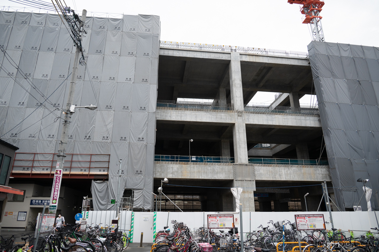 高架化工事が進む阪急淡路駅