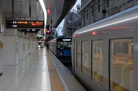 同じ線路に列車が2本 縦列停車が見られる駅