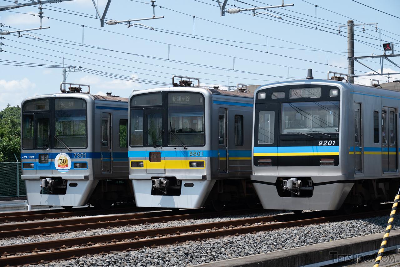SRアンテナの台座のみ設置された7300形(左)、9800形(中央)と、SRアンテナが本設となった9200形(右)