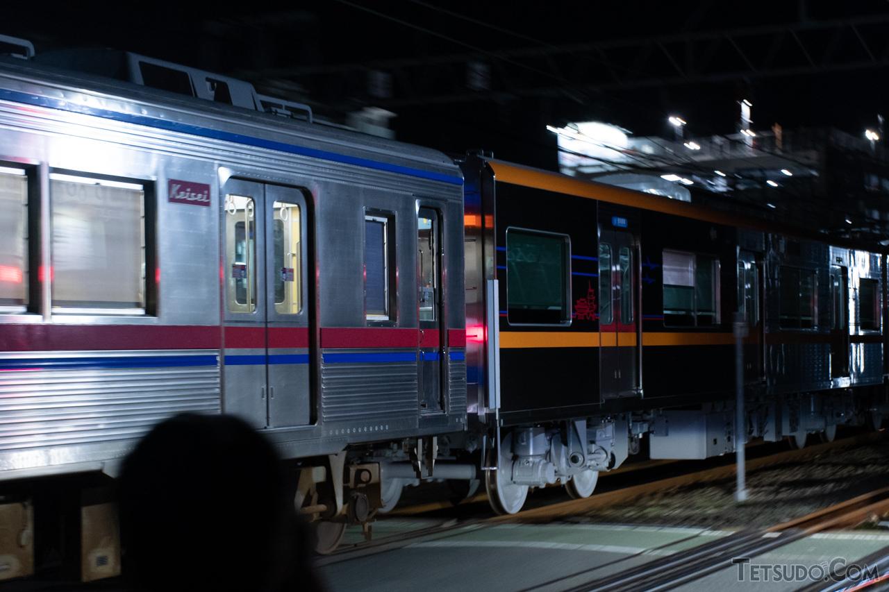 京急線内で京成電鉄の新車をけん引する「ターボ君」