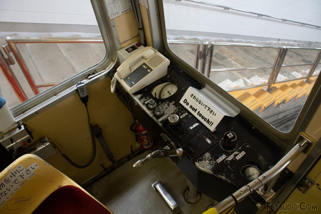 ケーブルカーの車端部にある乗務スペース。「マスコン」のような加速操作を担う機器はありません