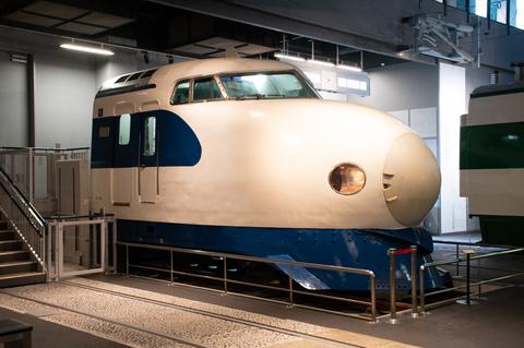 その昔、新幹線の3列シートは回転できなかった 現代の新幹線にも名残りが
