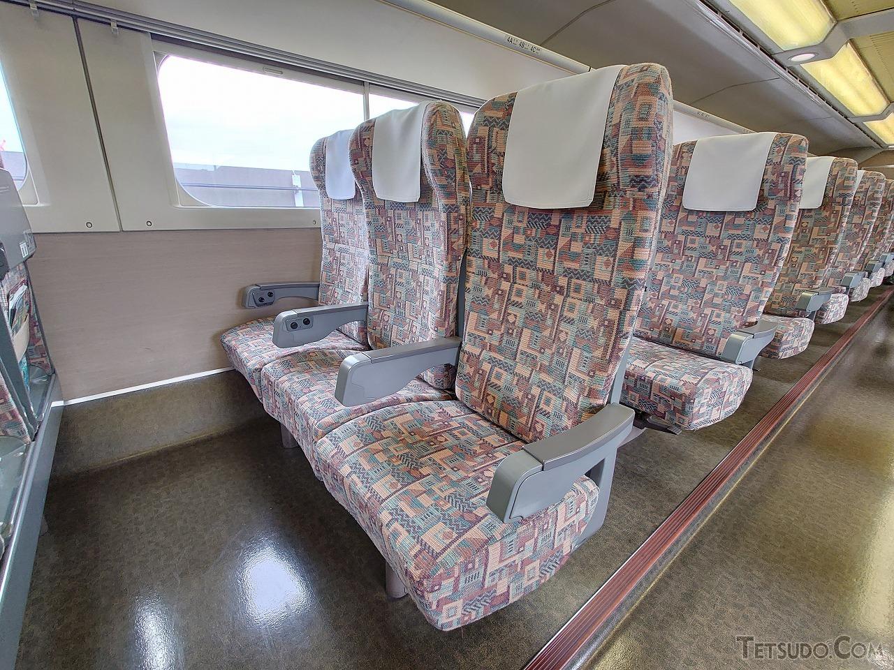中央席(B席)が前傾姿勢となっているE4系の3列席