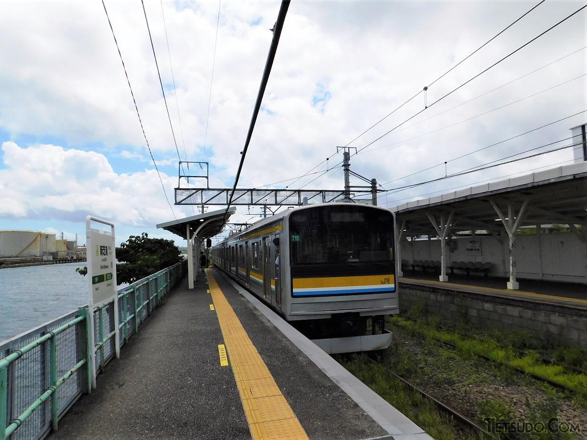 鶴見線海芝浦支線にある新芝浦駅。両隣の駅との距離は1キロありません