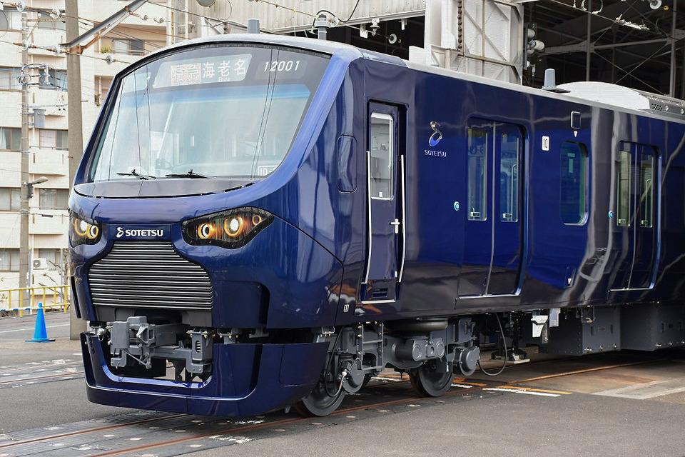 相鉄の新型車両、12000系。先の10000系と同様、JR東日本の車両をベースとしていますが、デザインに関しては完全に独自の仕様です
