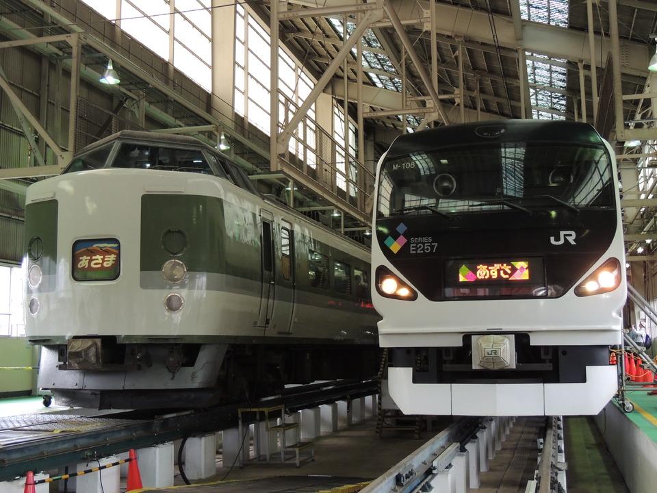 引退した189系(左)と、中央本線で活躍したE257系(右)