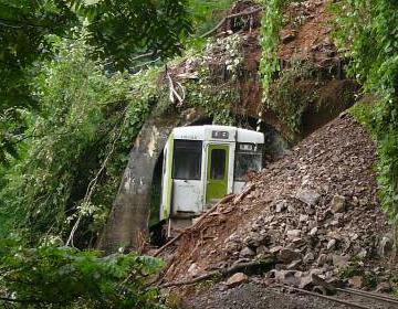 土砂に乗り上げて脱線した岩泉線の列車