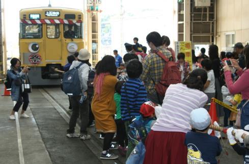 電車と綱引き(イメージ)