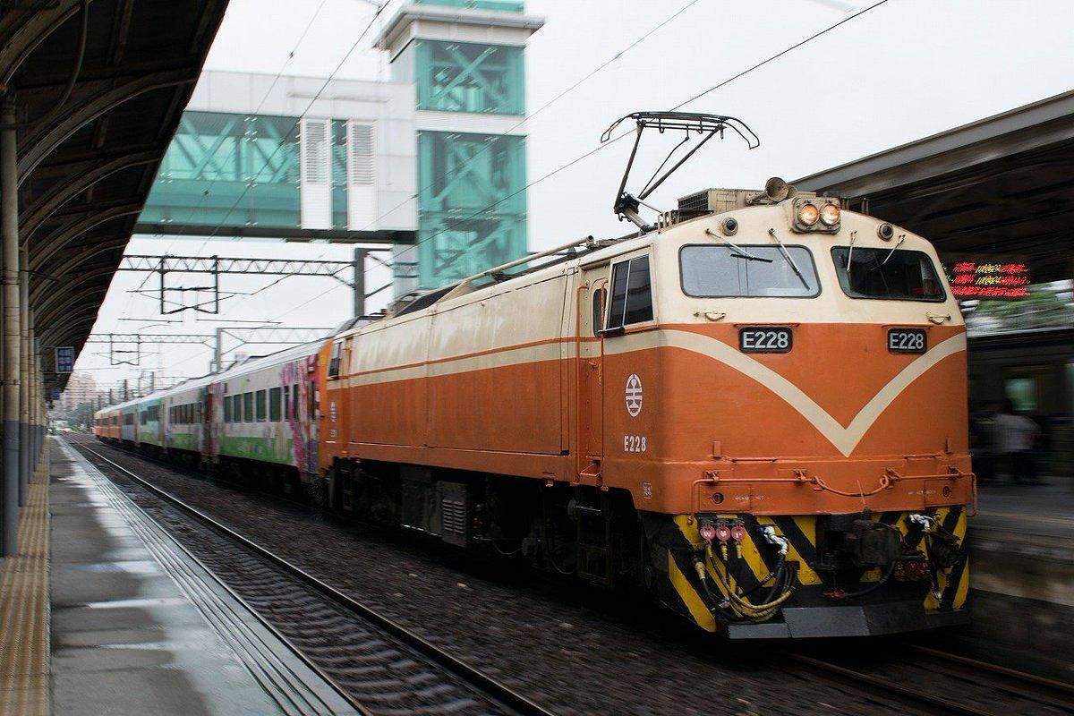 台湾の客車列車「キョ光号」