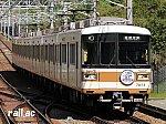 北神急行電鉄開業30周年記念ヘッドマークを掲出する7000系