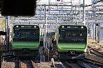 回送列車と営業列車が並走する山手線上野駅
