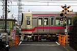200112_京王線_8000系聖蹟桜ヶ丘の踏切
