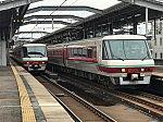 出雲市駅2・3番線に並ぶ381系やくも号パノラマ型グリーン車編成(2019/12/29)