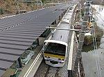建設中の飯田橋駅新ホーム脇を通過するE231系500番台。