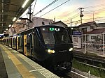 西谷駅4番線に停車中のJR線直通各駅停車新宿行き(2020/8/10)