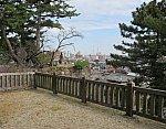 2020.11.13 (146) 本居宣長記念館まえの松坂城いしがきから松坂駅方面をのぞむ 1920-1500