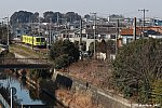 流鉄5005編成「なの花」と川沿いの平地に広がる住宅街