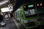 流山駅2番線で発車を待つ「若葉」