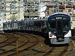 京阪電鉄開業111周年記念ヘッドマークを掲げて走る3000系3001F