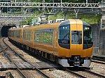 近鉄奈良線石切駅を通過する、阪奈特急22600系ace