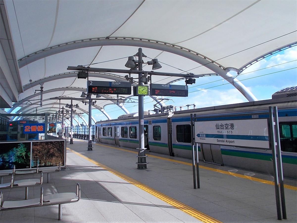 仙台空港鉄道の仙台空港駅。2007年3月18日に開業しました。ホームを覆う膜状の大屋根が特徴です