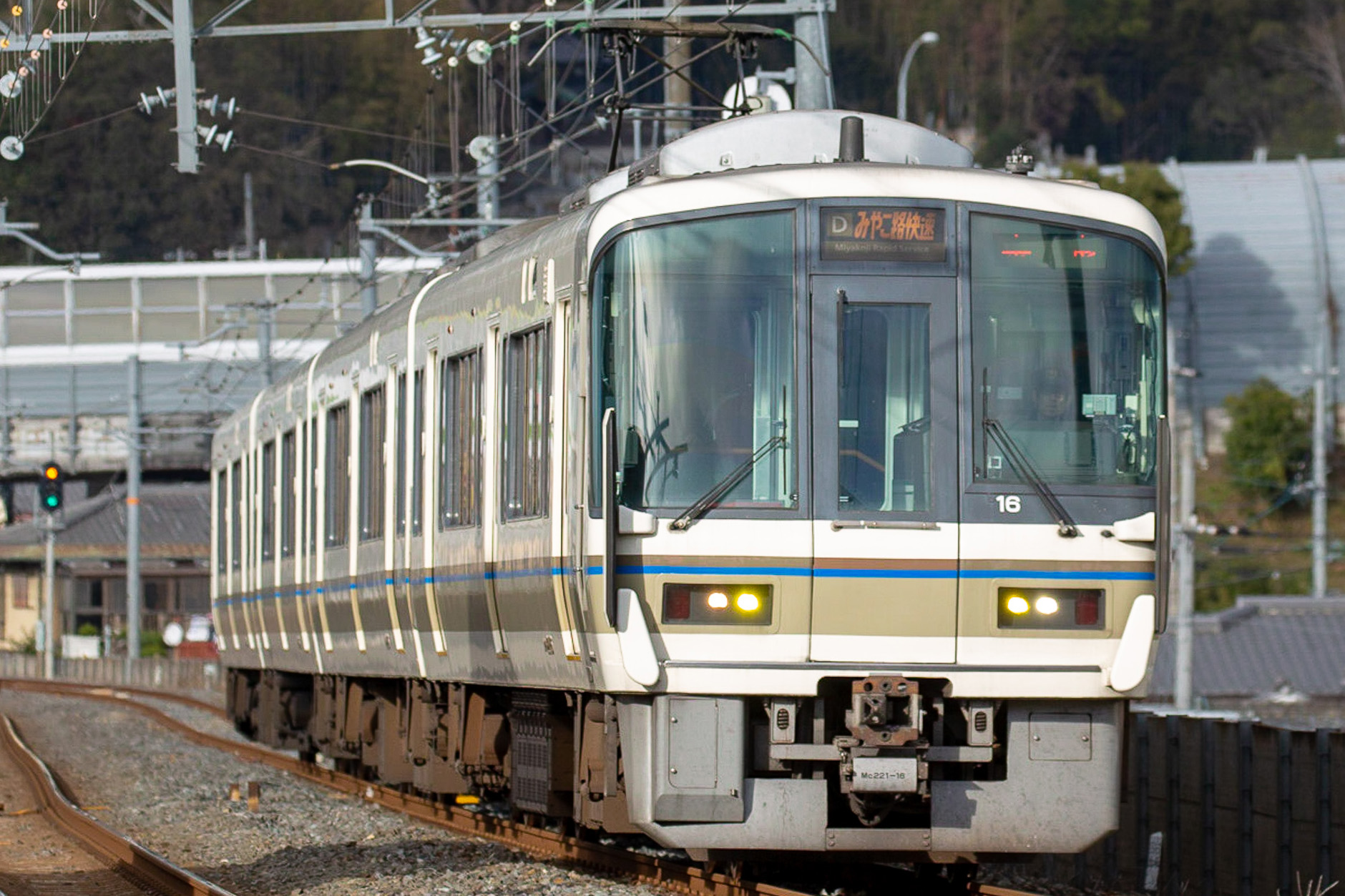 JR西日本初の新形式、221系。足回り機器は205系を踏襲したものですが、居住性能は大幅に向上しました。