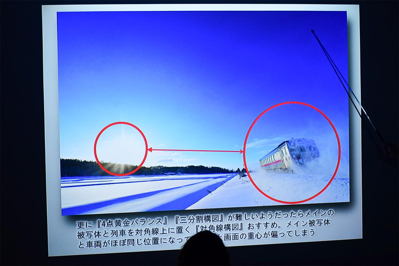 太陽を列車の対角線上に配置した構図。重心を画面の真ん中に置く構図とすることで、安定性のある写真を生み出しています