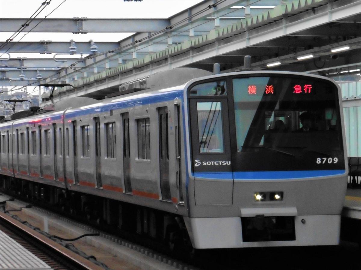 相鉄8000系車両。今回のプログラムでは、8000系の快速列車などを対象に出発合図体験も行われました
