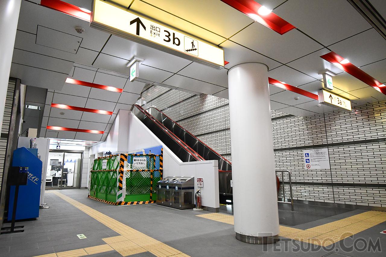 ホーム延伸工事にあわせて駅設備も改良。2017年12月には新たな出入口が開設されています