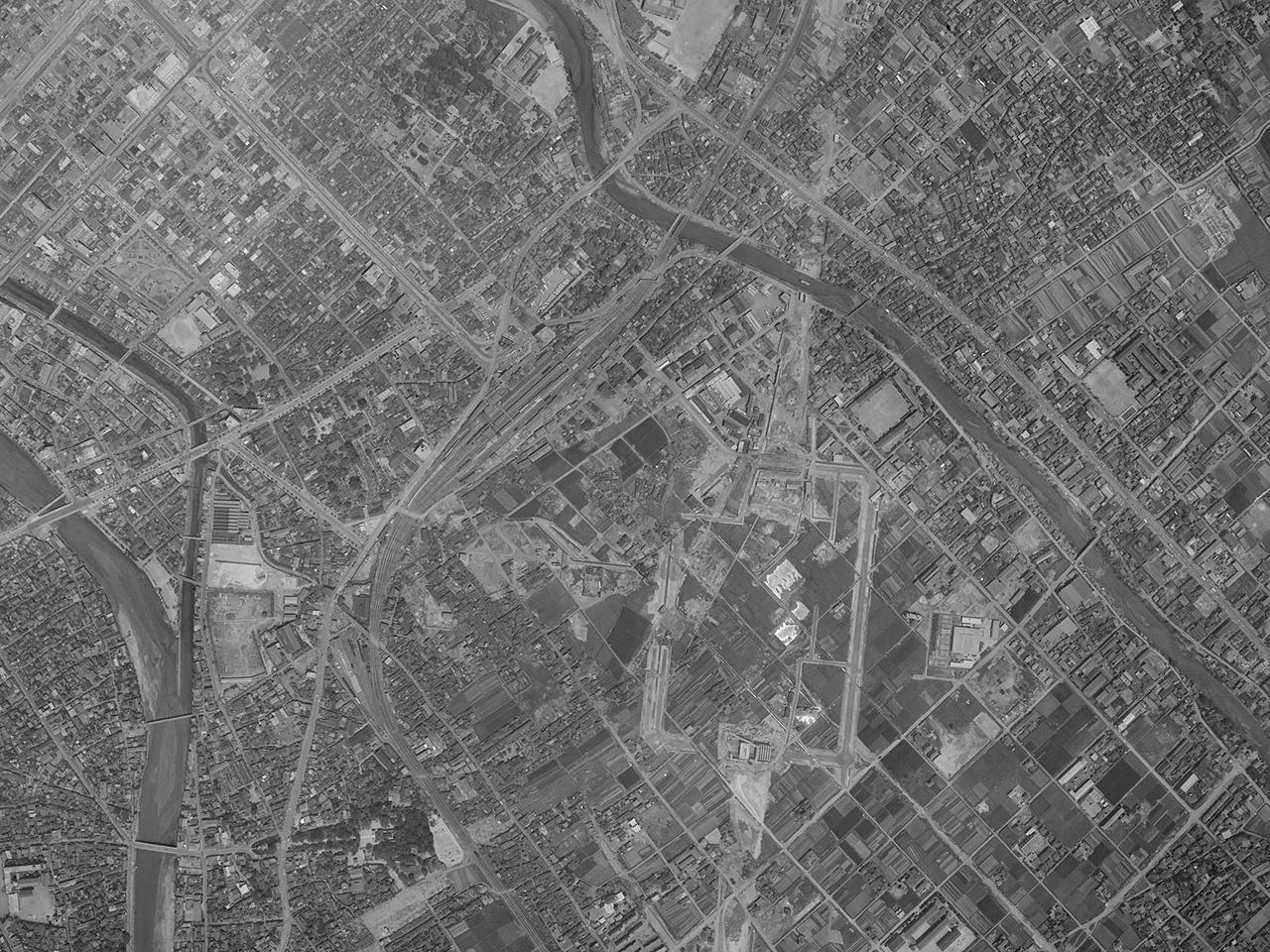 1961(昭和36)年5月9日に撮影された旧博多駅の空中写真。すでに現在の博多駅の建設が始まっていることがわかります(出典:国土地理院)