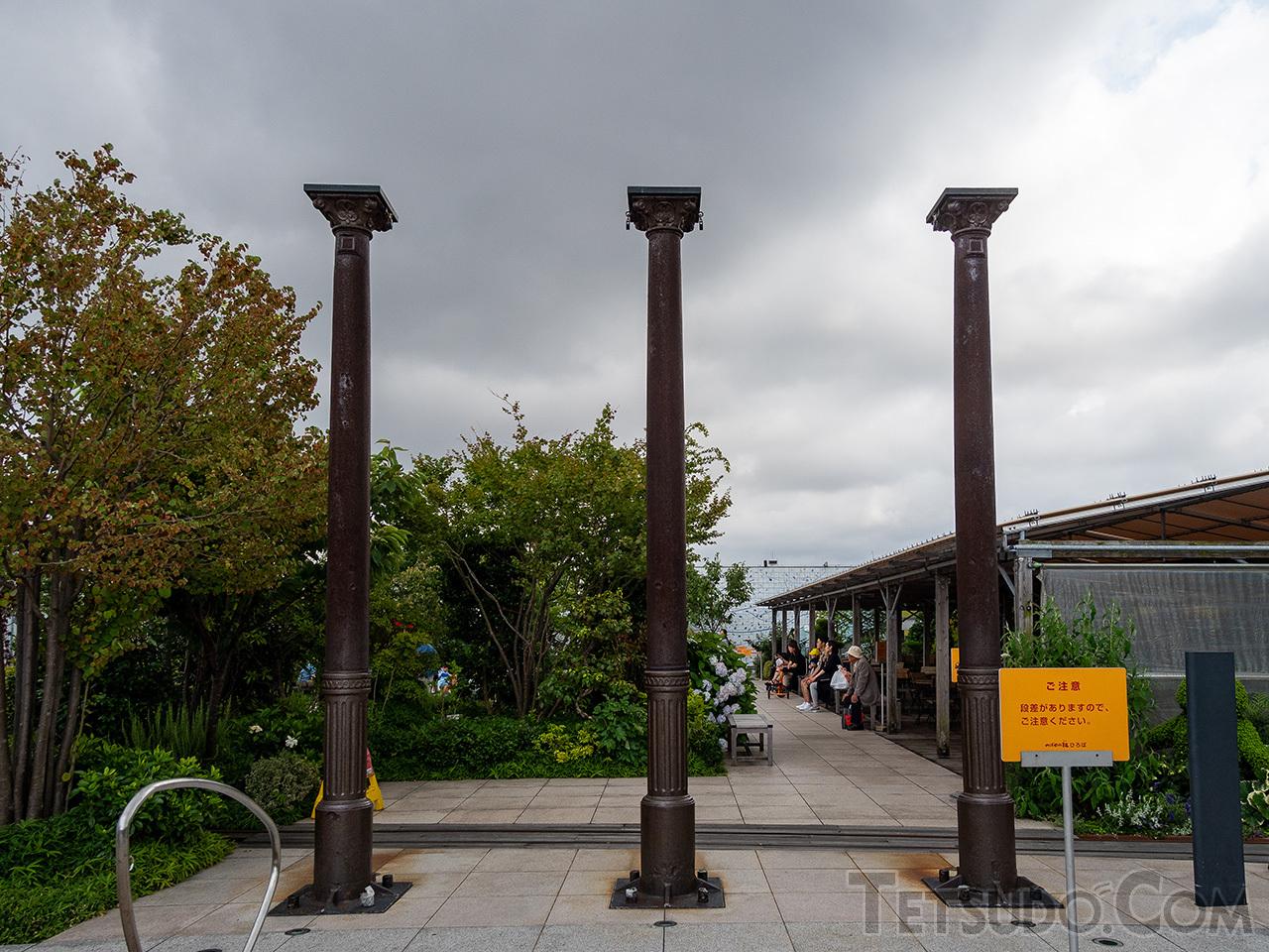 博多駅屋上のつばめの杜広場には、旧博多駅のホームに使われていた柱が保存・展示されています