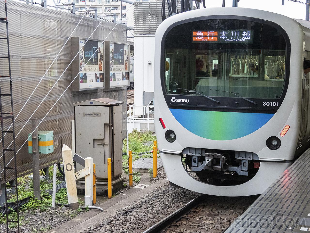 西武新宿線高田馬場駅にあるゼロキロポスト(左下)