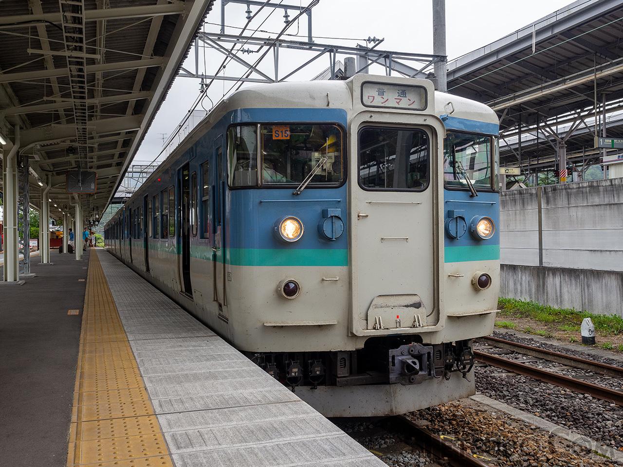 しなの鉄道軽井沢駅。右側に、軽井沢起点0.1kmの距離標が見えます。これは、1997年のしなの鉄道発足に際して設置されたものです
