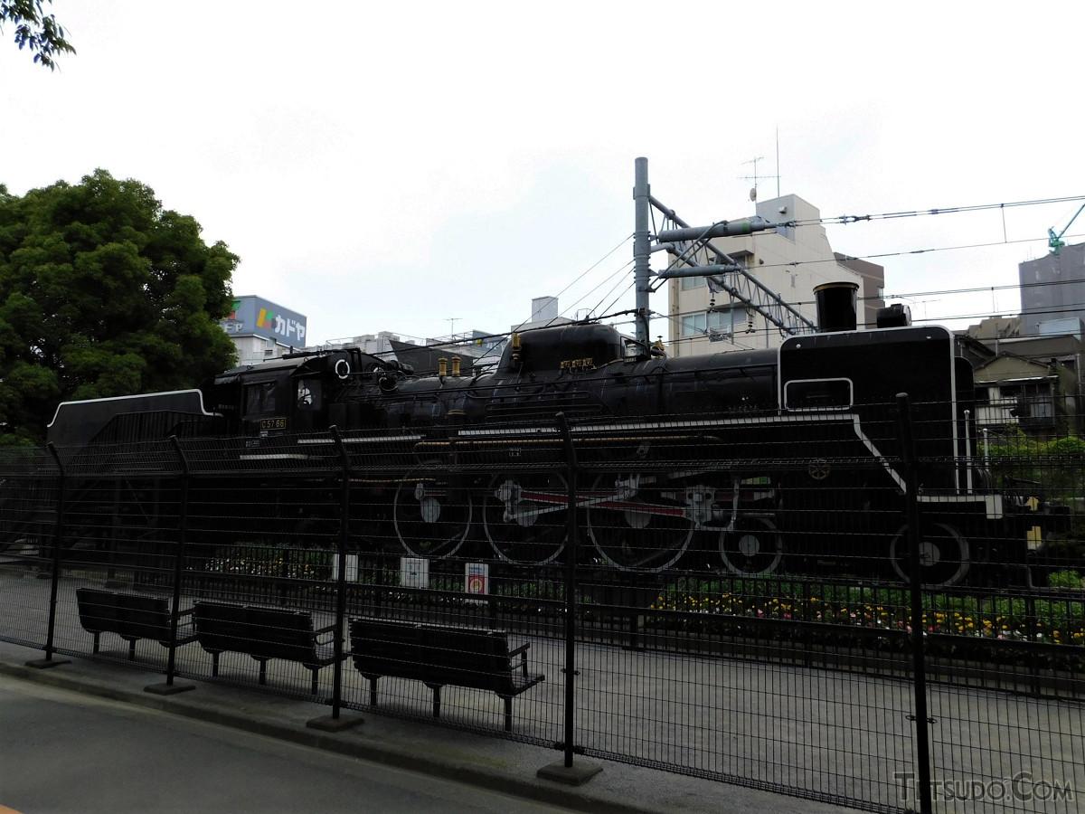 東海道本線、京浜東北線の線路と並ぶ場所にあるため、走行中の列車からもよく見えます