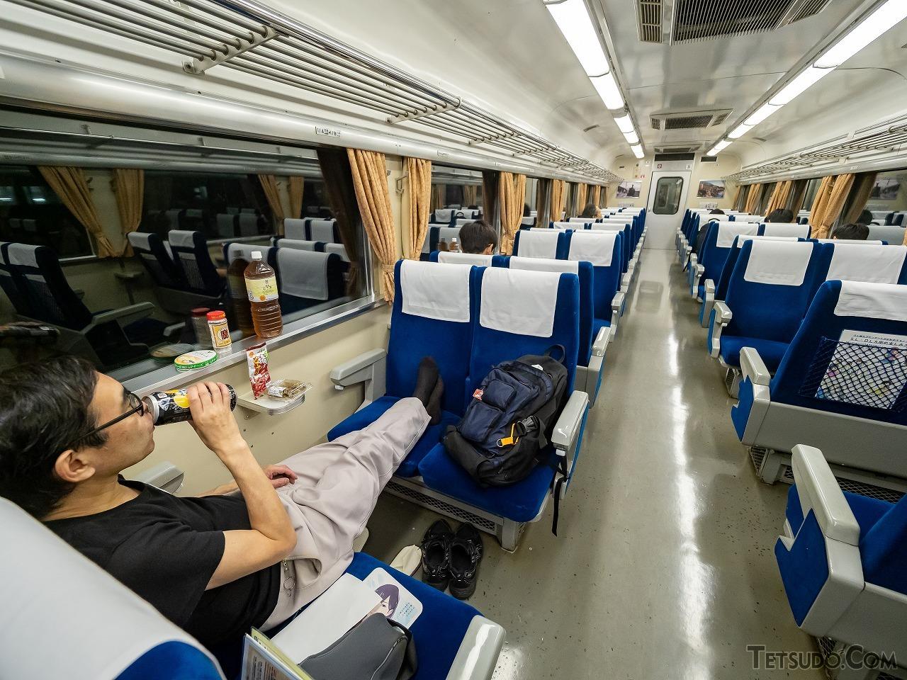国鉄時代の夜行急行列車といえばこの光景。横浜から来たというレールファンの男性は、事前にチューハイや焼酎、チーズなどを買い込み、夜行列車の旅を満喫していました