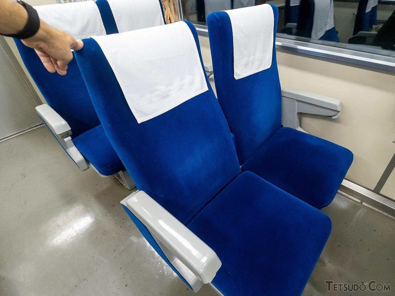 手を離すと元に戻ってしまう、簡易リクライニングシート。現役当時は「こんなの嫌がらせシートですよ」と嘆いた高校生もいたとか