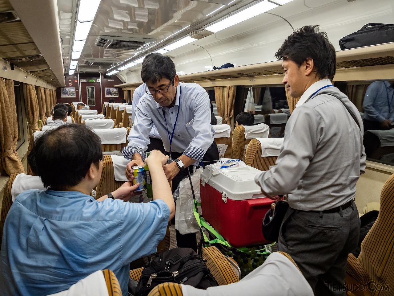 1時過ぎ到着の新栃木駅まで車内販売が実施されました。缶ビール250円、柿ピー110円など商売っ気の価格設定で飛ぶように売れていきました