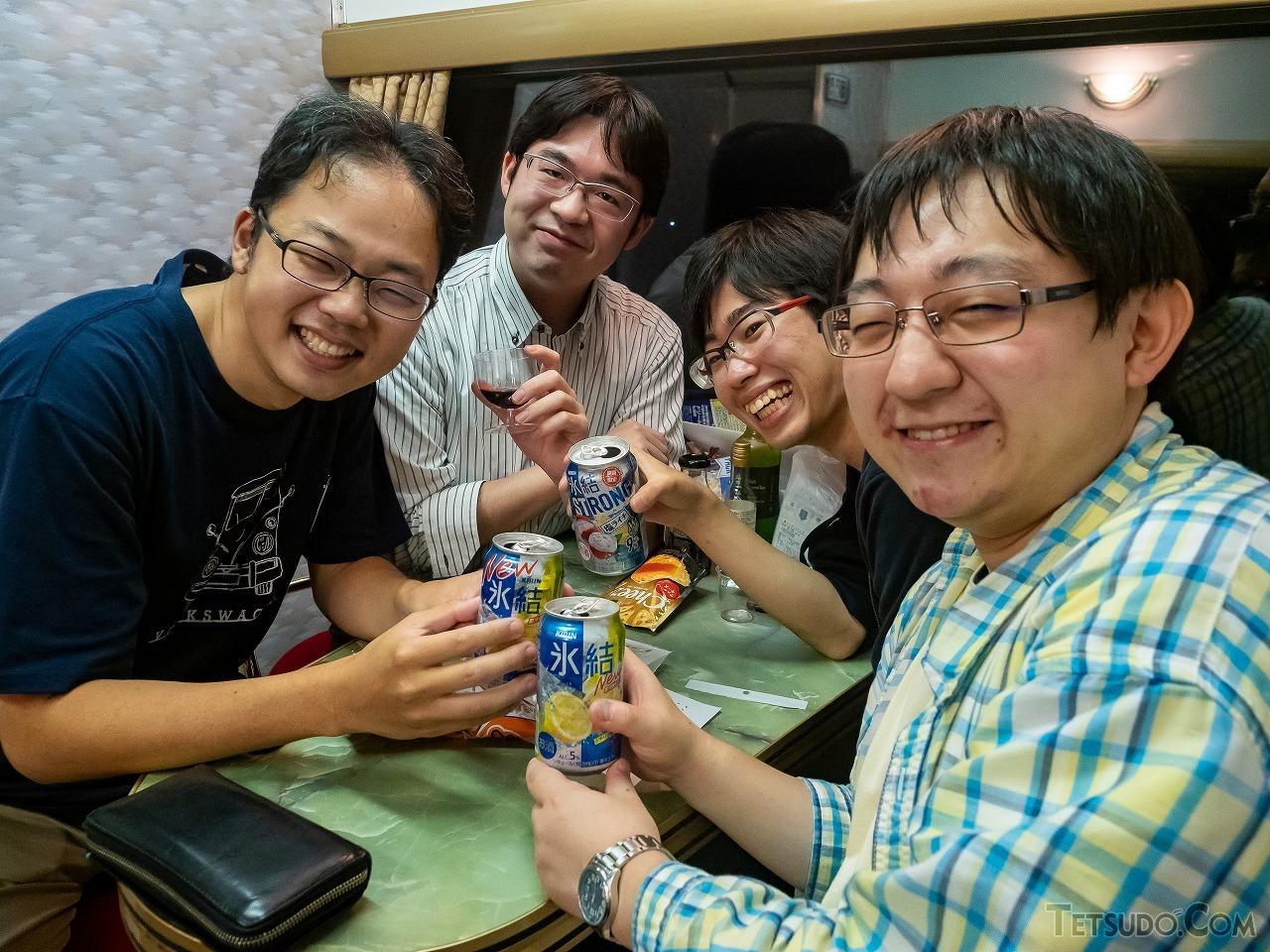 ラウンジで意気投合した4人。左の青年は京都から青春18きっぷで上京し参加したそう。「座席を向かい合わせにして横になって寝るのが夢でした」