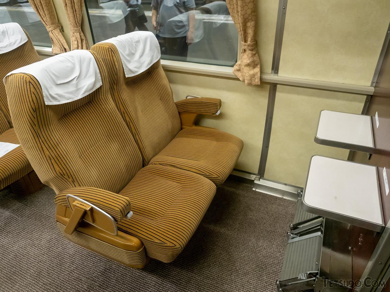 国鉄時代のグリーン車のシートを使ったドリームカー。重厚なリクライニングシートの座り心地を楽しめるのもここだけ