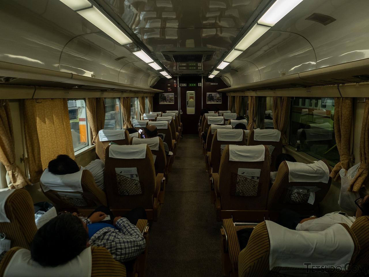 減光し多くの人が眠りについたドリームカー。札幌行きと言われても信じそうな雰囲気です