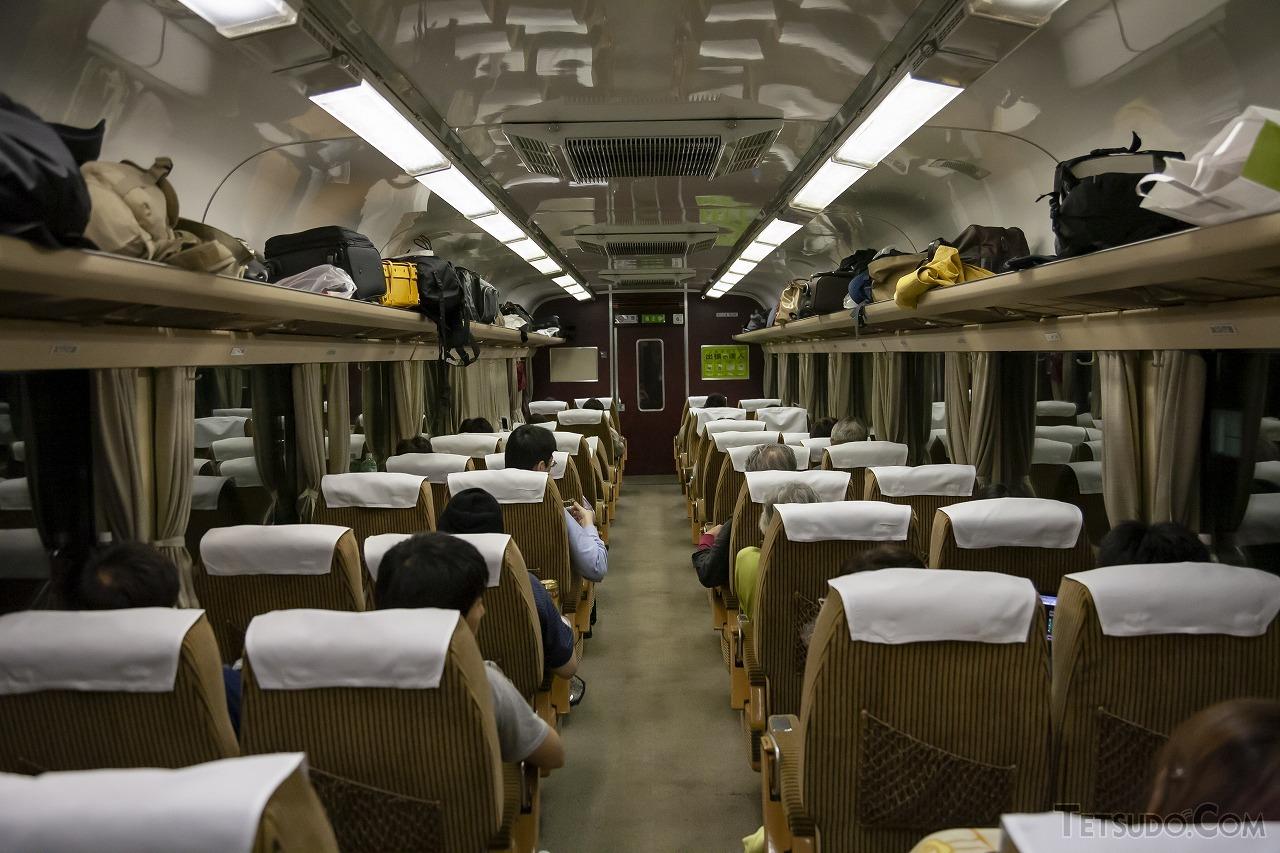 こちらが「はまなす」時代のドリームカー。荷棚に置かれた荷物の多さが長距離列車であることを示しています(2008年6月13日撮影)