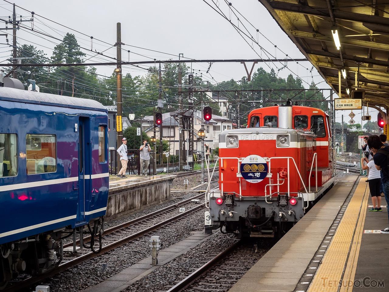 鬼怒川温泉駅で「機回し」を行うDE10形。乗客以外に撮影者はほとんどおらず、どの人もルールを守って落ち着いて写真を撮っていました